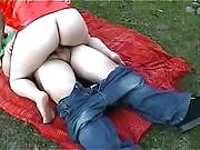 Horny couple take out their lust outdoors and fuck in the park